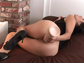 Brunette chica can't stop toying her love hole