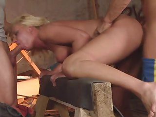 Blonde does her best to make her lover explode