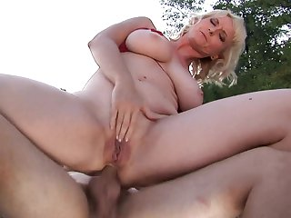 Milf gets banged in the bum hole the way she loves it